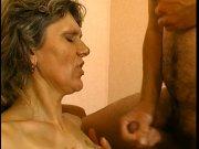 Une mature bien chaude attend de baiser