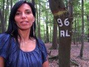 Bettina Cox se fait culbuter en forêt