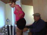 Un jeune couple pour essorer papy