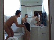 Femme de ménage baisée dans la chambre d'hôtel