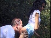 Il éjacule sur les seins de sa douce en pleine forêt