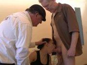 Tania offre sa fente pour une bonne dilatation