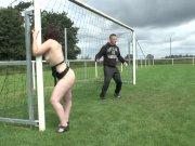 Cassandra baisée sur le terrain de foot