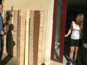 Jess se fait enculer en extérieur par un ouvrier