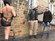 Gina en tenue provocante dévergonde deux mecs en pleine rue