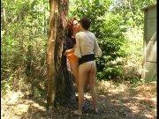 2 matures se pissent dessus dans les bois