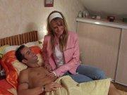 Celinne joue l'infirmière sexy et bandante