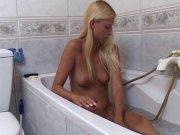 Mallory Moore baisée par le plombier dans sa baignoire