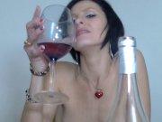 Sophie Land adore la bite et le vin