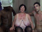 Olga teste deux jeunes queutards