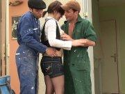 2 ouvriers viennent baiser Léa du Mans
