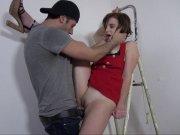 Alyzee baisée sur l'escabeau du peintre