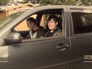 Savannah se fait baiser sur le capot de la voiture