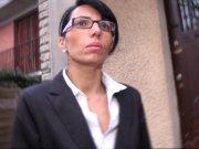 Bettina Cox magnifique brune à lunette baise pendant les heures de boulot