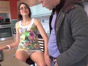 Céline de Béthune n'hésite pas à retirer sa petite culotte