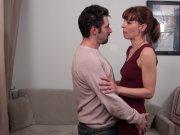 Amandine trompe son homme discrètement