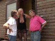 Joyce baise en trio avec papy