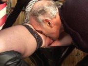 Papy et son pote défoncent une jeune blonde
