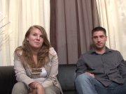 Premier porno sur le canapé avec Samantha