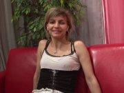 Luna Perle adore être fistée sur le canapé