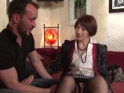 Sophie Pasteur patronne baisée sur le canapé